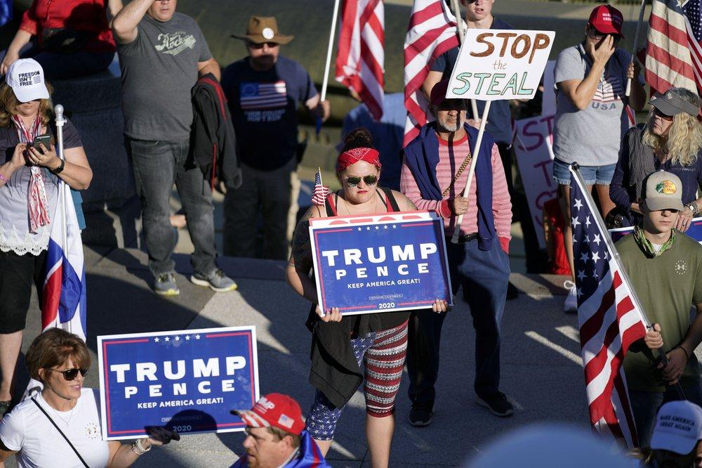 Người ủng hộ Trump tuần hành phản đối kết quả bầu cử ở Harrisburg, bang Pennsylvania, hôm 7/11. Ảnh: AP.