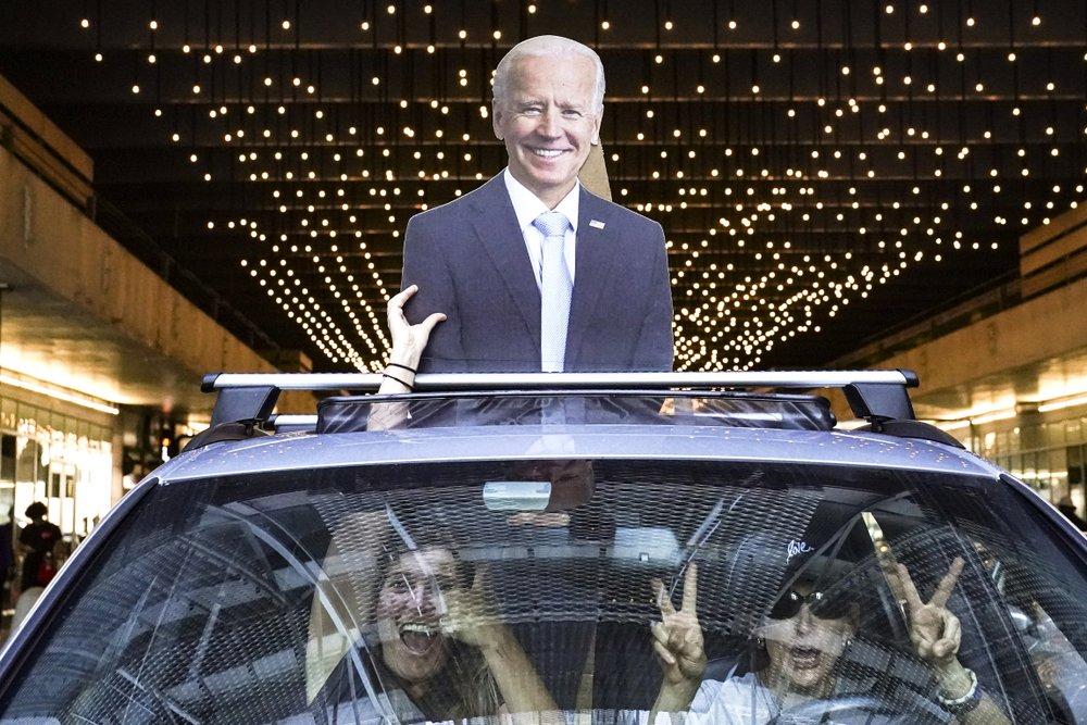 Người ủng hộ ăn mừng chiến thắng của Biden hôm 7/11 ở Philadelphia, bang Pennsylvania. Ảnh: AP.