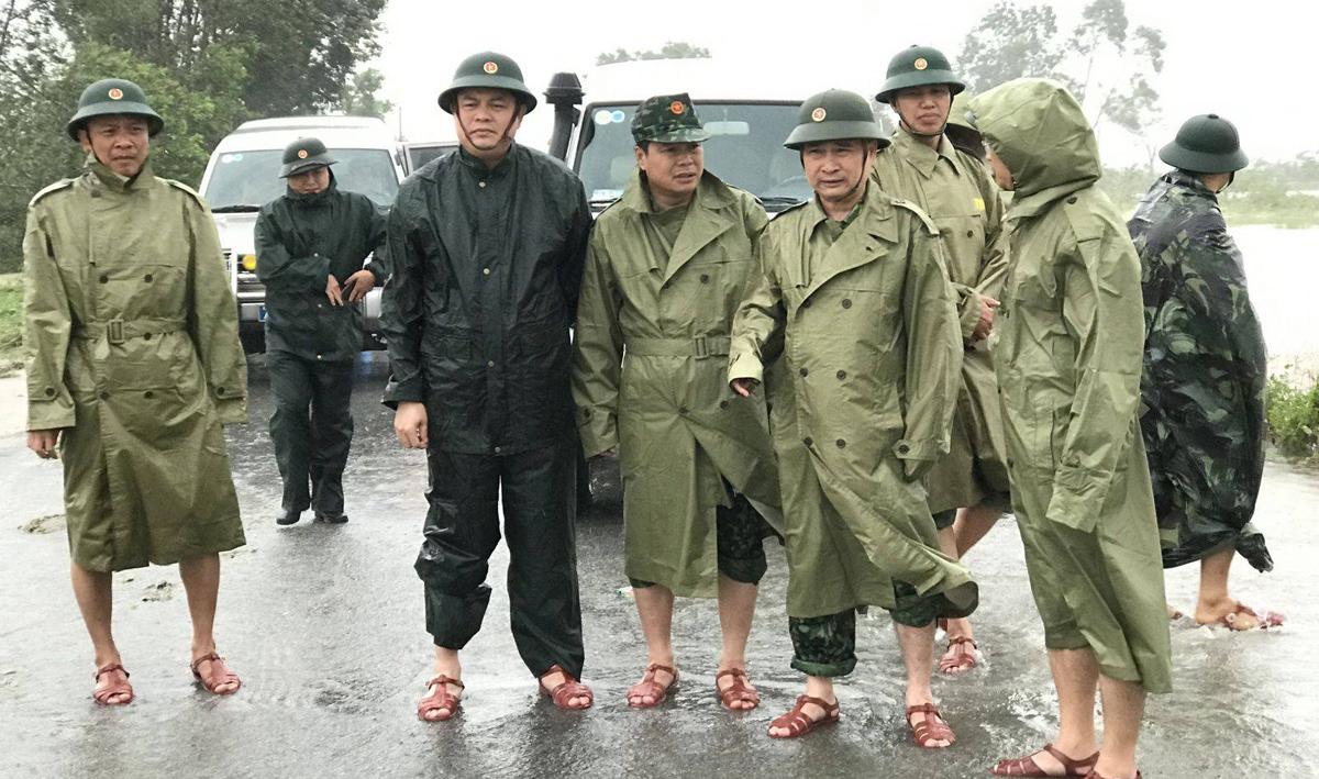 Thiếu tướng Nguyễn Văn Mạn, Phó tư lệnh Quân khu 4, chỉ huy hiện trường vụ cứu hộ tàu Vietship 01 tại Quảng Trị, ngày 11/10. Ảnh: QK4