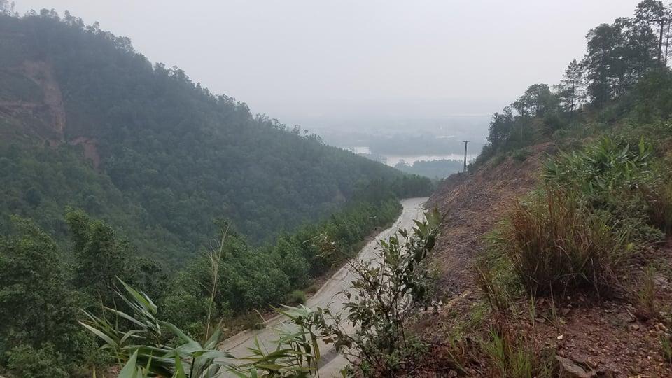 Khu vực gần thủy điện Rào Trăng 3 địa hình đồi dốc. Ảnh: Võ Thạnh