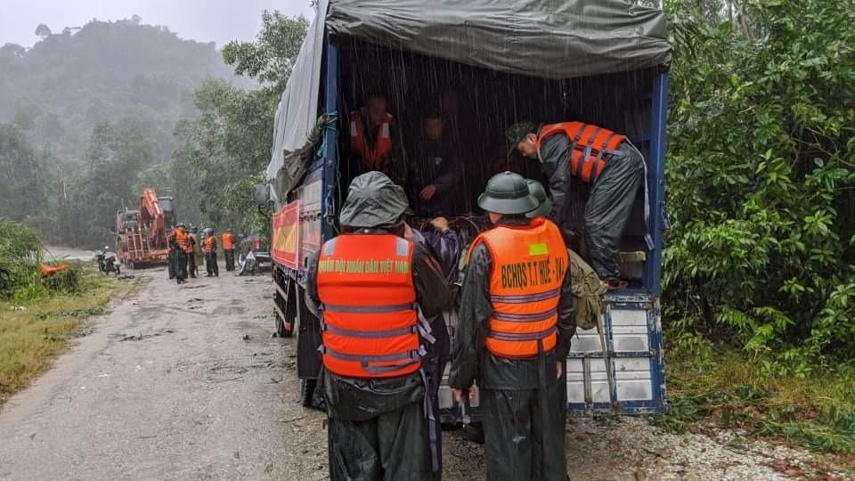 Lực lượng quân đội vào hiện trường để cứu hộ. Ảnh: Báo Thừa Thiên Huế
