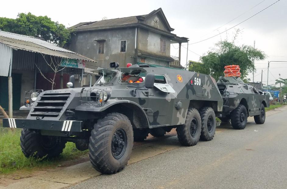 Xe thiết giáp được điều động tới xã Phong Xuân để tham gia cứu hộ. Ảnh: Đắc Thành