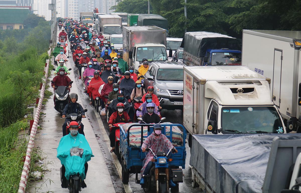 Ùn tắc trên đường Nguyễn Hữu Thọ hướng từ quận 7 vào khu vực cầu Kênh Tẻ để qua quận 4, lúc 7h ngày 16/10. Ảnh: Gia Minh.