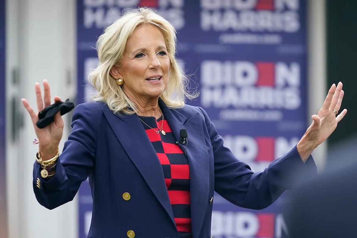 Jill Biden giơ hai tay khi trò chuyện với cử tri ủng hộ, phong cách thường thấy suốt thờ gian bà đi vận động tranh cử cho chồng. Ảnh: AP