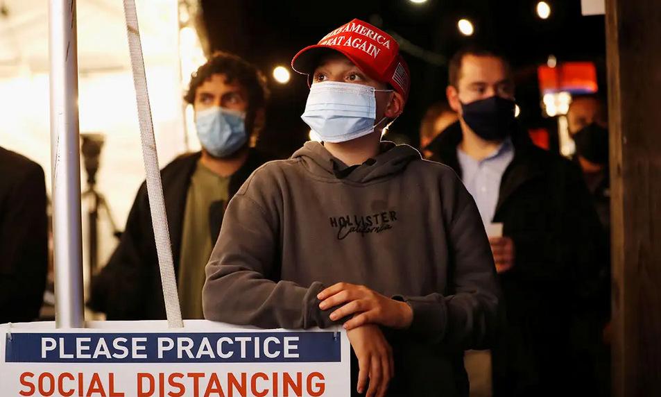 Cử tri Mỹ theo dõi cuộc bầu cử tổng thống ở thành phố New York hôm 7/11. Ảnh: Reuters.