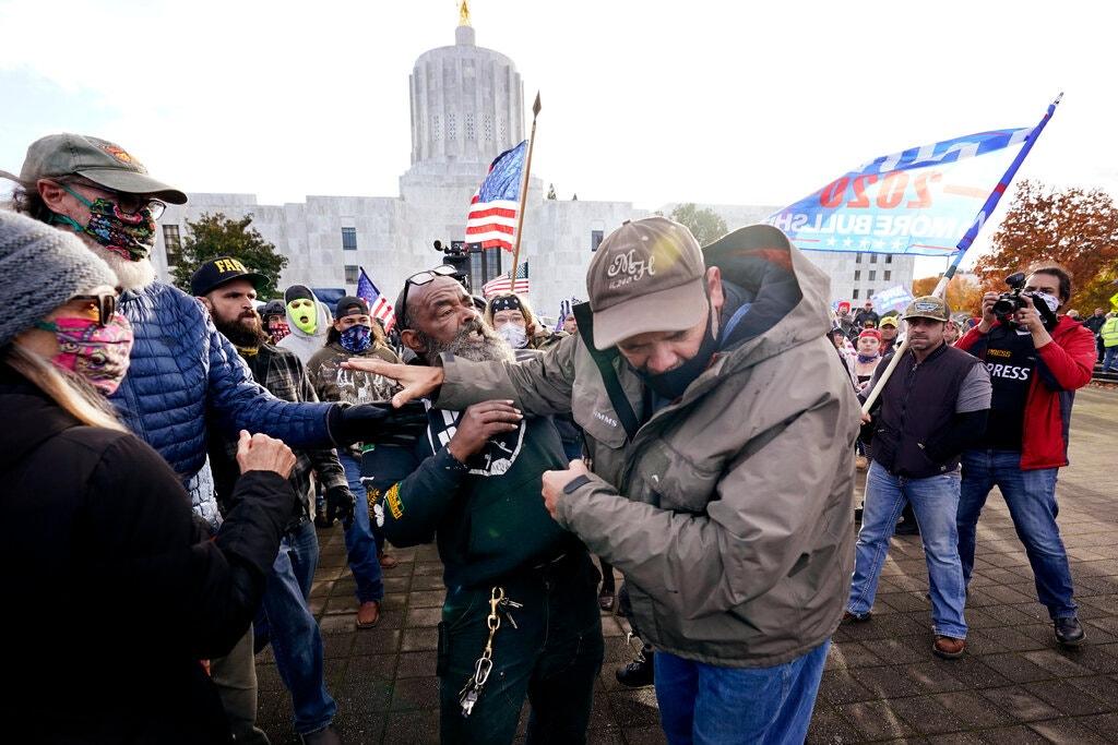 Người ủng hộ Trump tranh chấp với người ủng hộ Biden trước toà nhà quốc hội tại Salem, bang Oregon, ngày 7/11. Ảnh: AP.