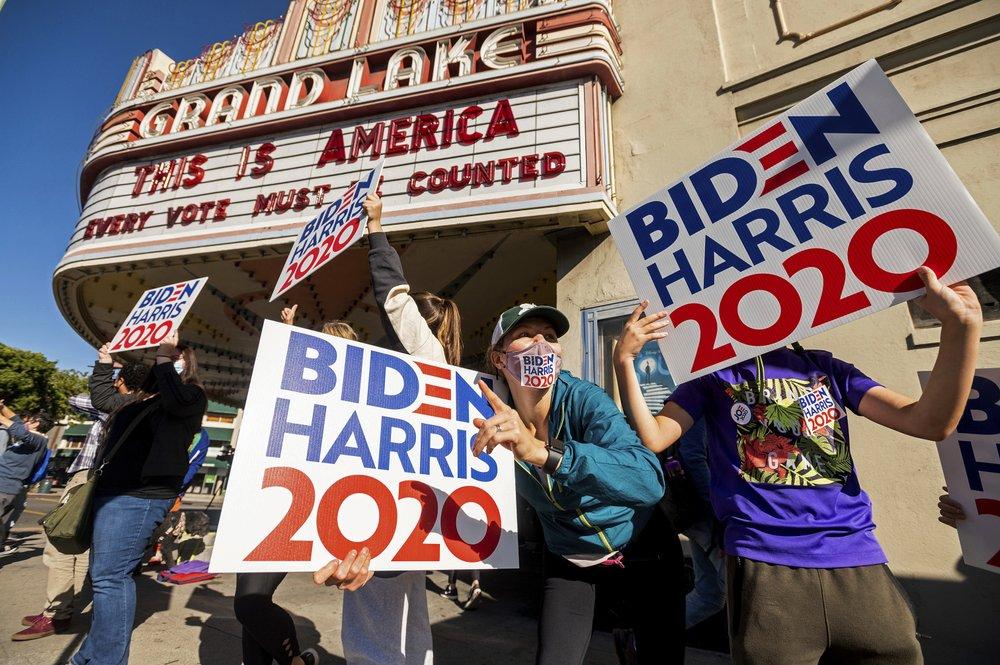 Người ủng hộ Joe Biden ăn mừng chiến thắng tại Oakland, California, hôm 7/11. Ảnh: AP.
