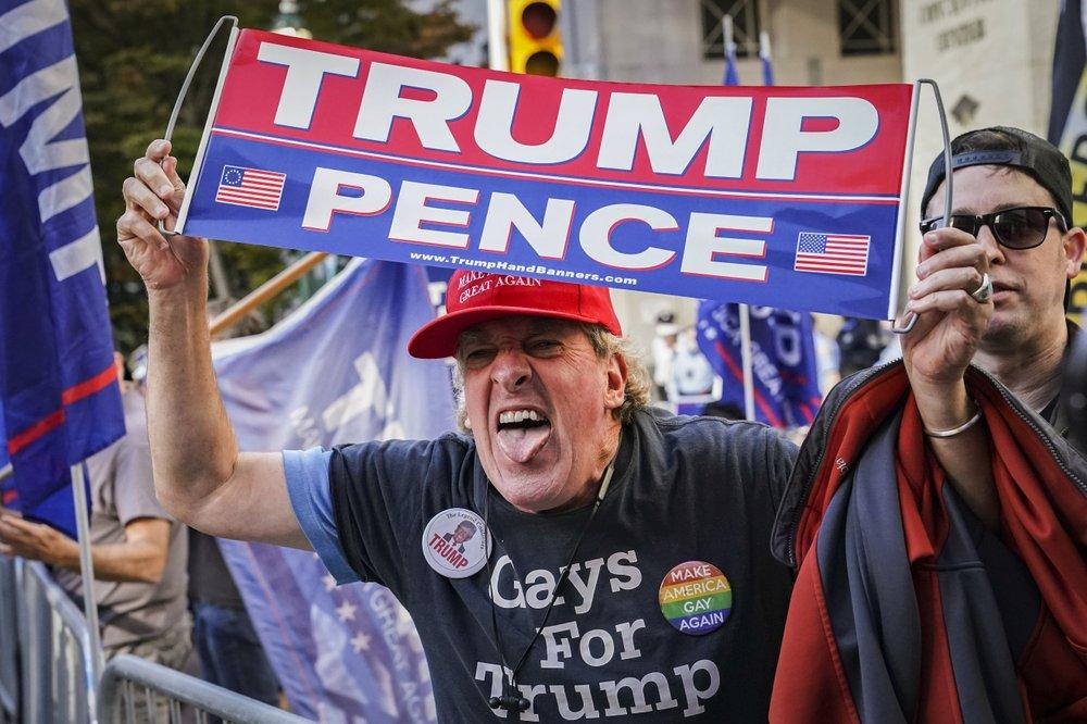 Người ủng hộ Trump la hét trước đám đông ủng hộ Biden ở Philadelphia, bang Pennsylvania, hôm 7/11. Ảnh: AP.