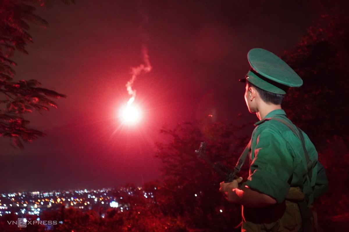 Pháo hiệu báo bão được Đồn Biên Phòng Thanh Hải bắn trên đồi lầu Ông Hoàng (Phan Thiết), đêm 9/11. Ảnh: Việt Quốc.