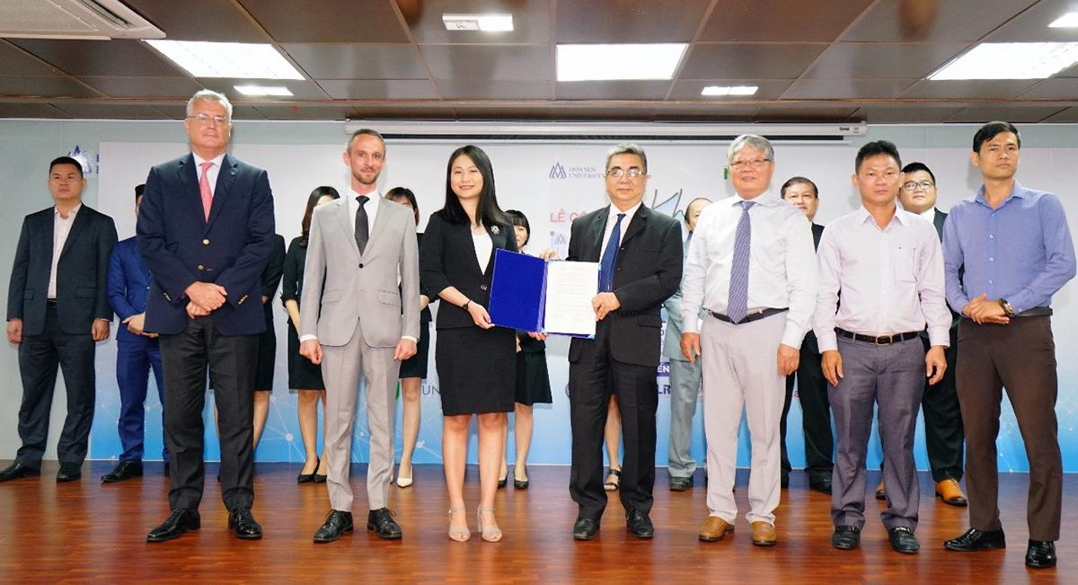 Phó giáo sư, tiến sĩ Nguyễn Ngọc Điện trao quyết định thành lập Khoa Luật cho đại diện khoa Luật, Tiến sĩ Nguyễn Thị Mỹ Hạnh.
