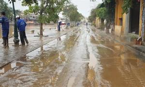 Bùn phủ ngập trên đường phố cổ Hội An