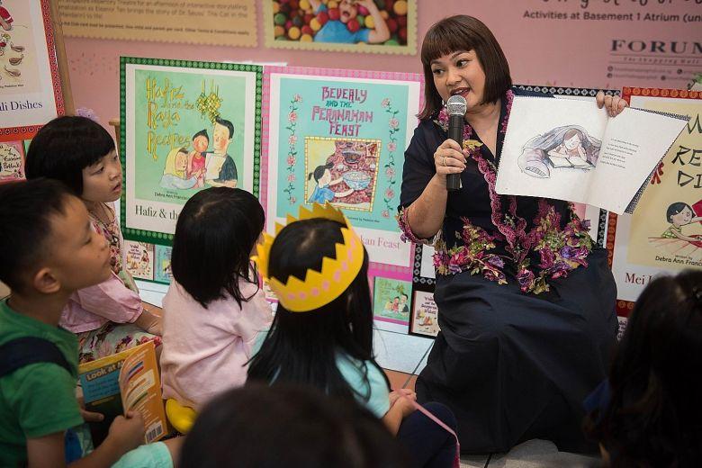Tác giả Debra Ann Francisco đọc sách cho trẻ trong buổi ra mắt sách của cô năm 2018. Ảnh: ST Life.