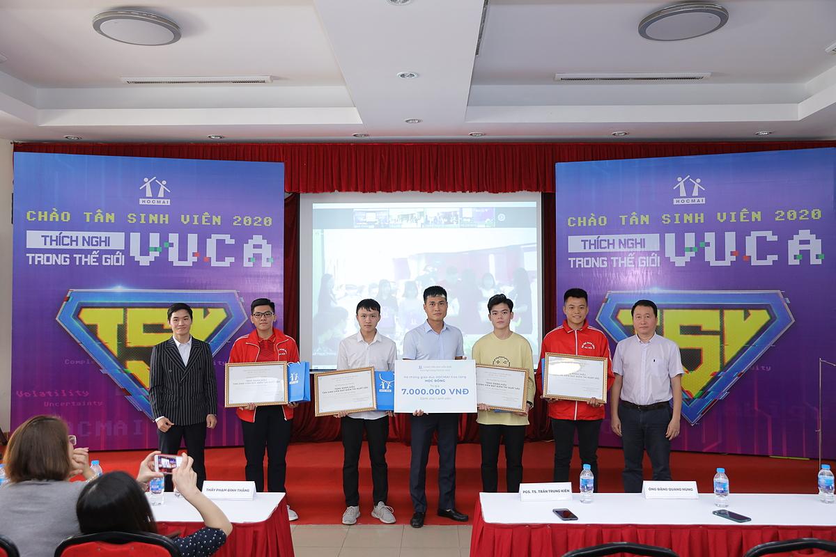Hệ thống Giáo dục HOCMAI trao tặng học bổng cho các bạn tân sinh viên xuất sắc tại điểm cầu Đại học Bách khoa Hà Nội.
