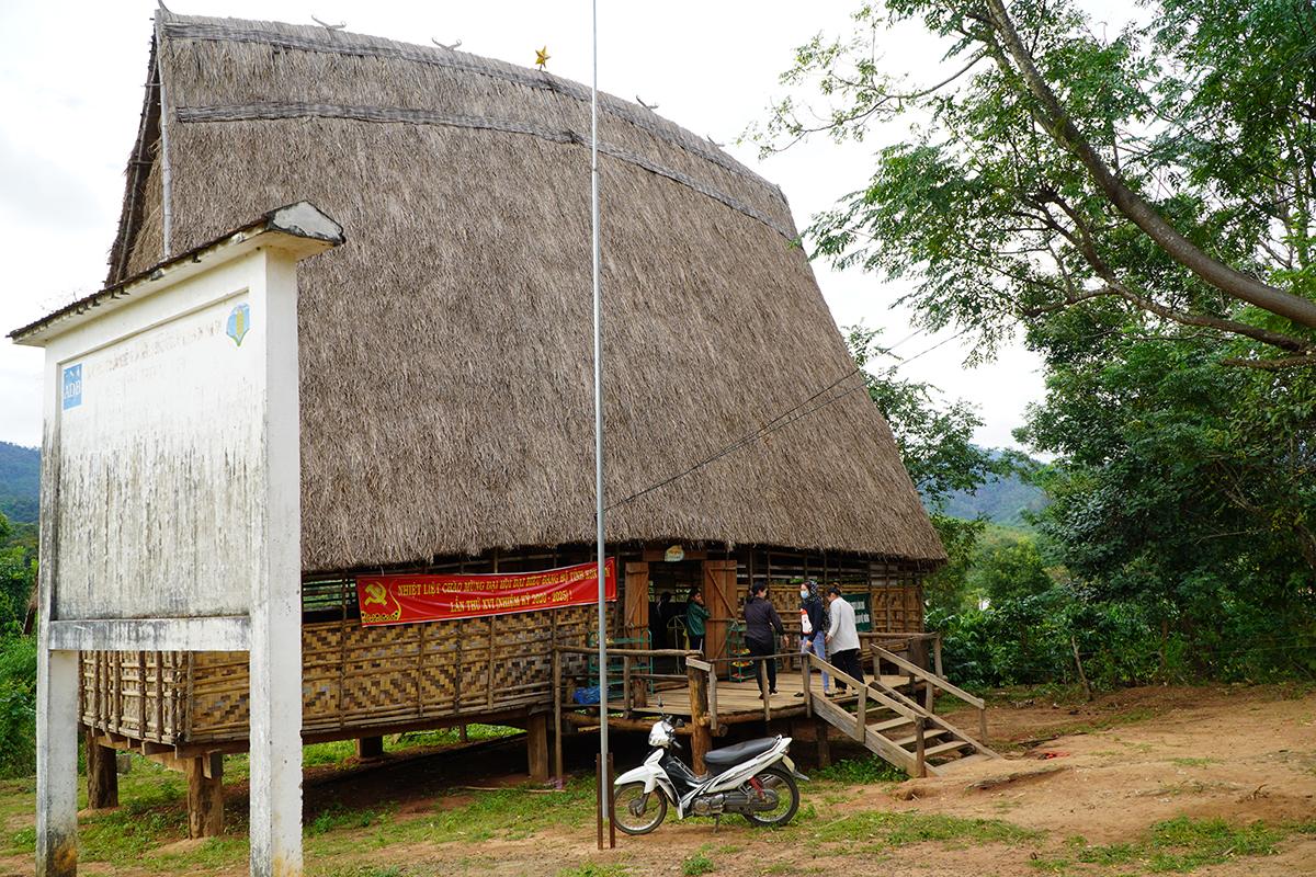 Nhà trường buộc phải mượn tạm nhà rông của thôn làm nơi giảng dạy cho trẻ. Ảnh: Trần Hoá.