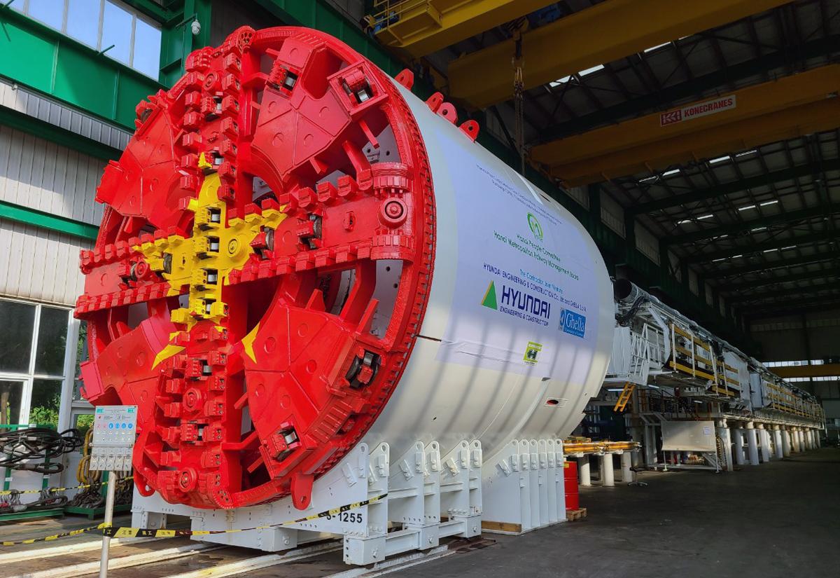 Robot đào ngầm giống máy khoan hình trụ nằm ngang với đường kính 7-17,5 m, đủ để chứa thiết bị máy móc và công nhân ở bên trong để vận hành. Ảnh: MRB.