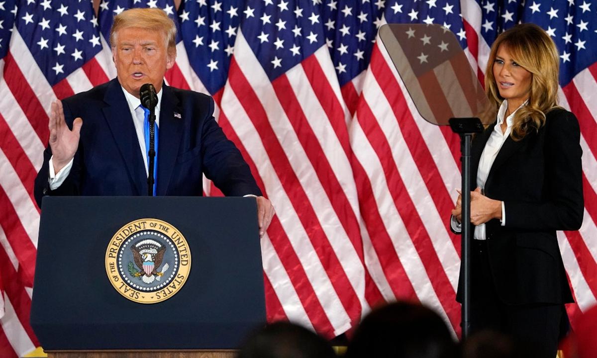 Tổng thống Trump cùng Đệ nhất phu nhân Melania tại Nhà Trắng hôm 4/11. Ảnh: AP.
