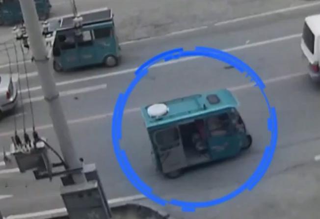 Xe ba gác của chị Vương có lốp xe bọc vải trắng trên nóc. Ảnh: CCTV.