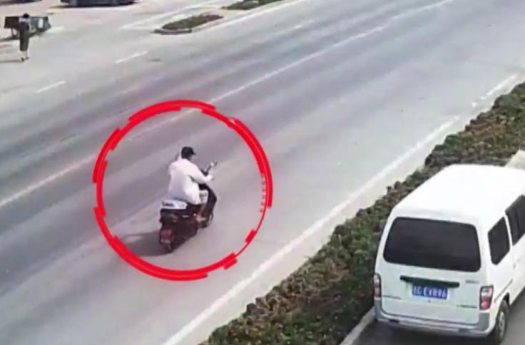 Người đàn ông đã thay sang áo trắng khi trở về. Ảnh: CCTV.