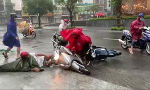 Bão Etau quật ngã người đi đường Nha Trang