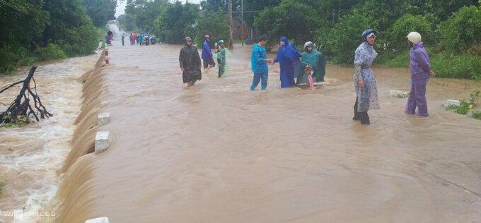Nước ngập tại quốc lộ 29 đi qua huyện Sông Hinh, Phú Yên. Ảnh: Hữu Thế.