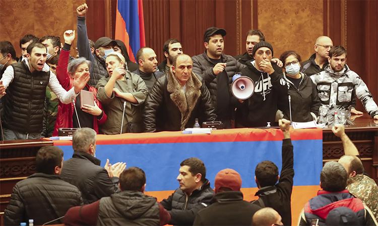Người biểu tình tràn vào tòa nhà Quốc hội Armenia tại thủ đô Yerevan, ngày 11/10. Ảnh: AP.