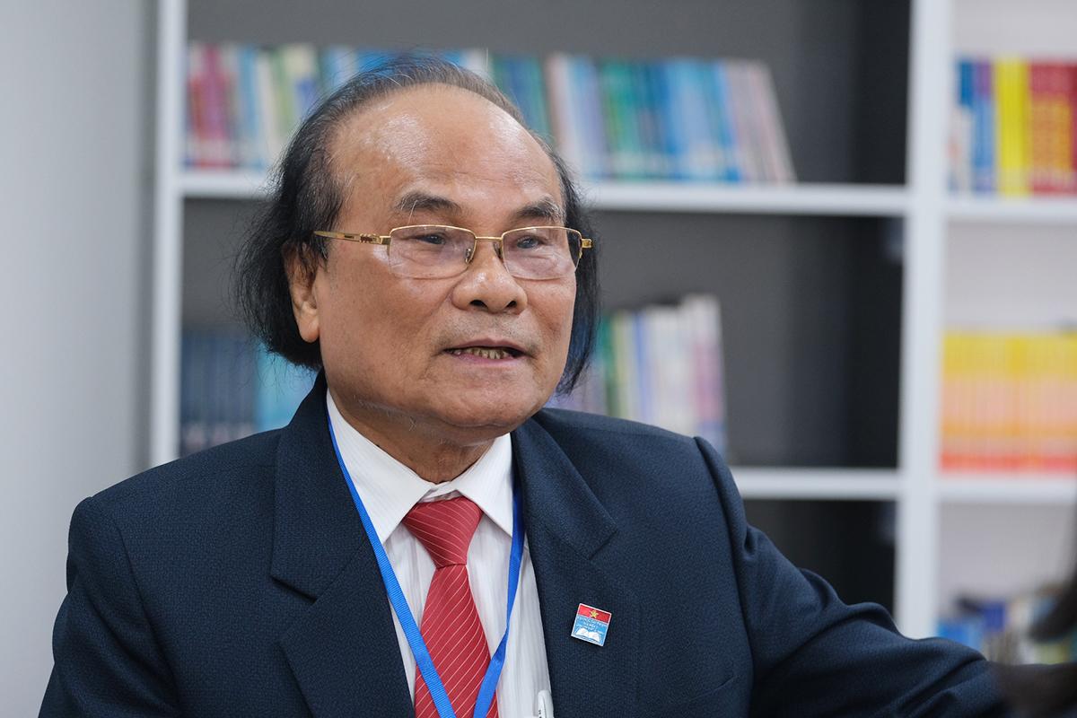 GS Đinh Quang Báo chia sẻ bên lề hội nghị sáng 10/11. Ảnh: Dương Tâm.