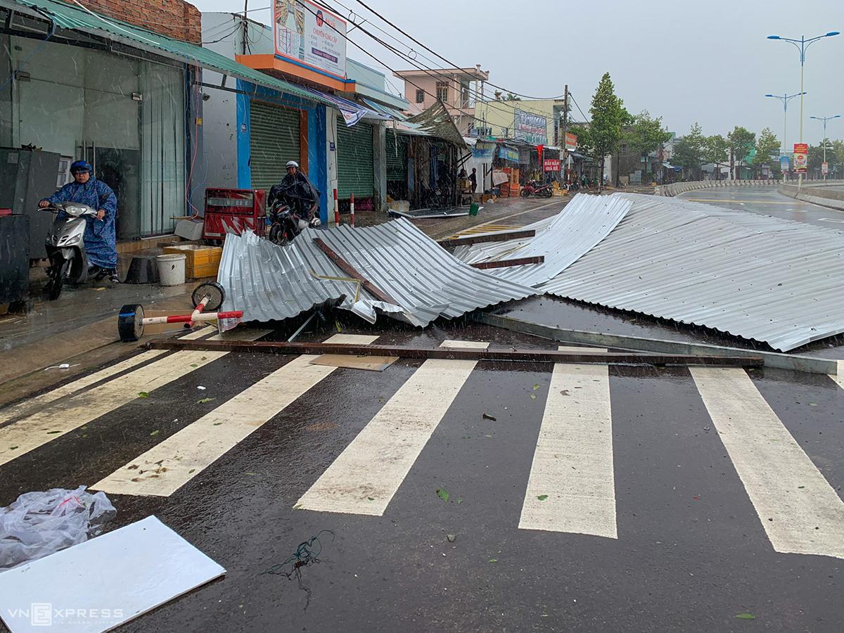 Hai người chết do bão Etau