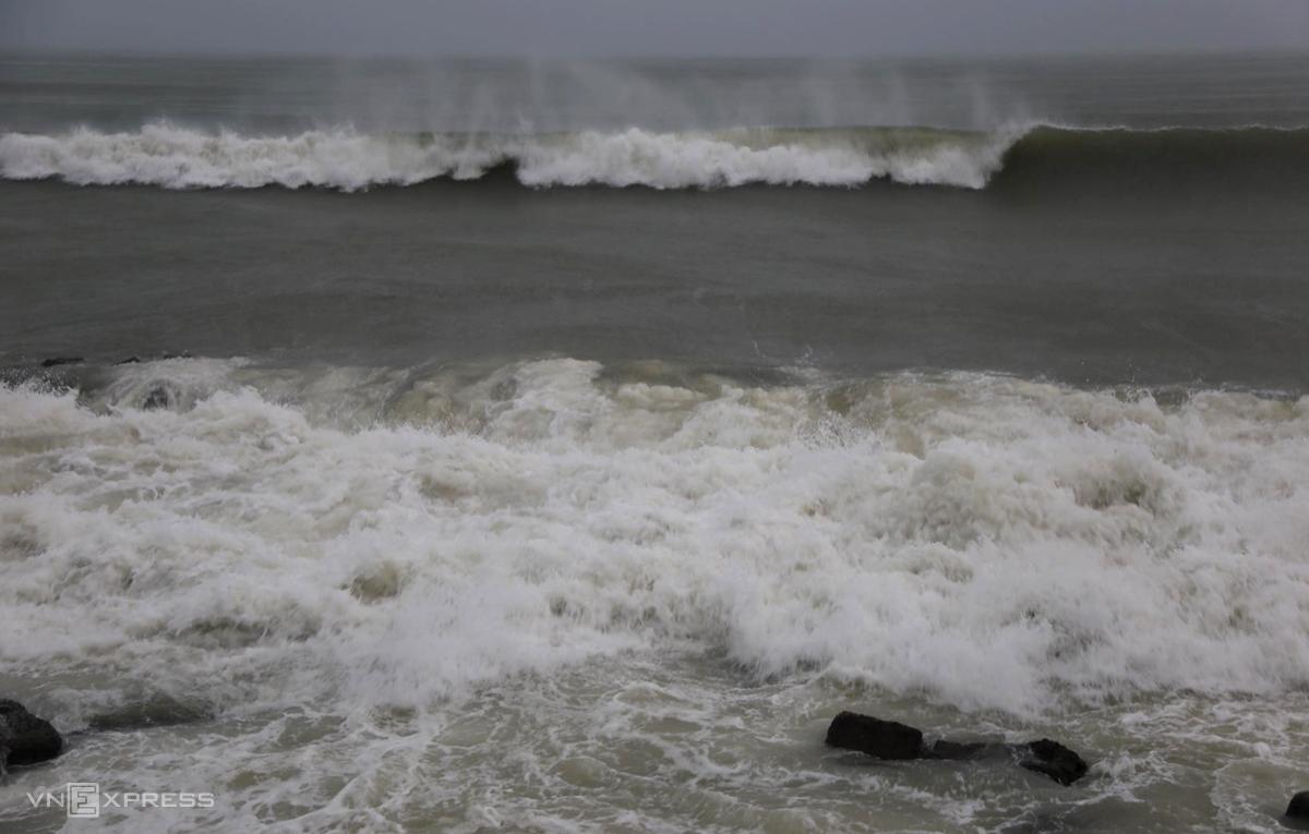 Sóng biển cuồn cuộn ập vào bờ Nha Trang, sáng 10/11. Ảnh: Xuân Ngọc.