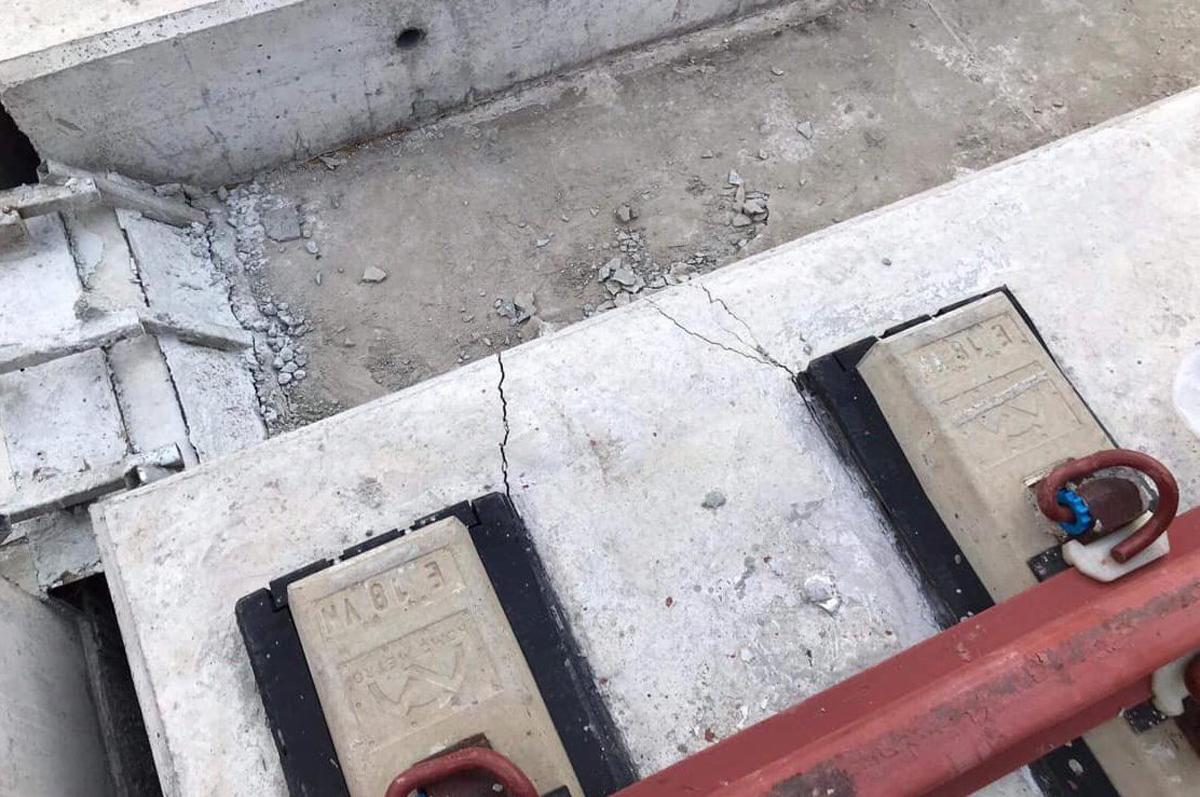 Bêtông đệm đường ray phía trên dầm cầu bị nứt. Ảnh: Trịnh Quân.