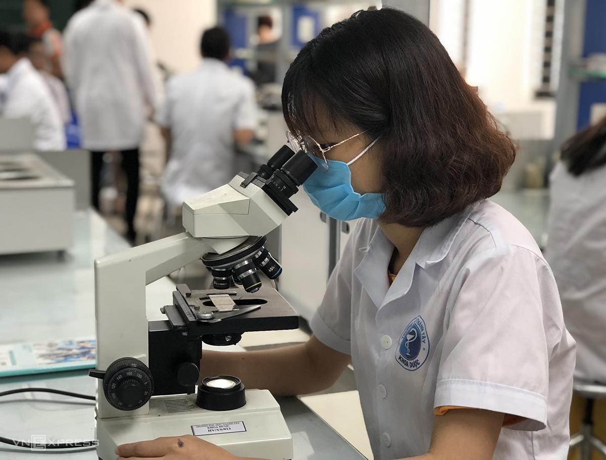 Chỉ số hợp tác viện trường, doanh nghiệp của Việt Nam tăng 10 bậc (trong ảnh là sinh viên nghiên cứu khoa học tại Đại học Phenikaa. Ảnh: HM
