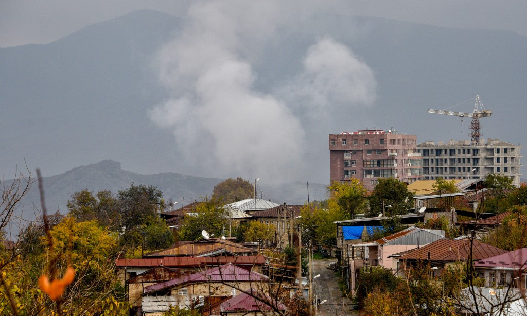 Khói bốc lên sau một trận pháo kích nhằm vào Stepanakert hôm 6/11. Ảnh: AFP.