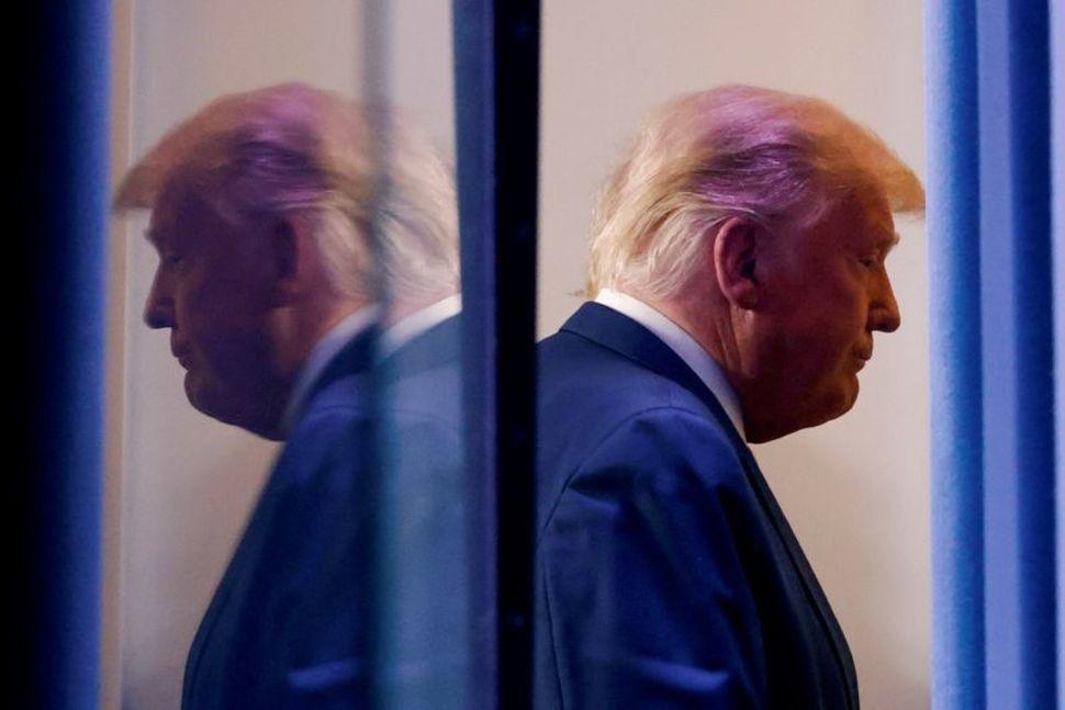 Tổng thống Trump rời đi sau cuộc họp báo ở Nhà Trắng hôm 5/11. Ảnh: Reuters.