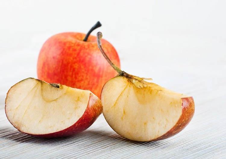 Tại sao táo gọt vỏ ngâm nước muối không bị thâm?