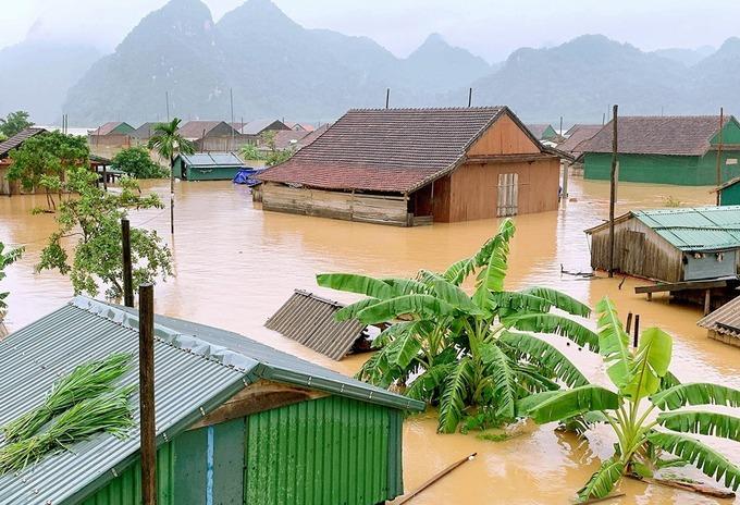 Nước lũ gần chạm nóc nhà ở Quảng Bình, ngày 9/10. Ảnh: Gia Hân