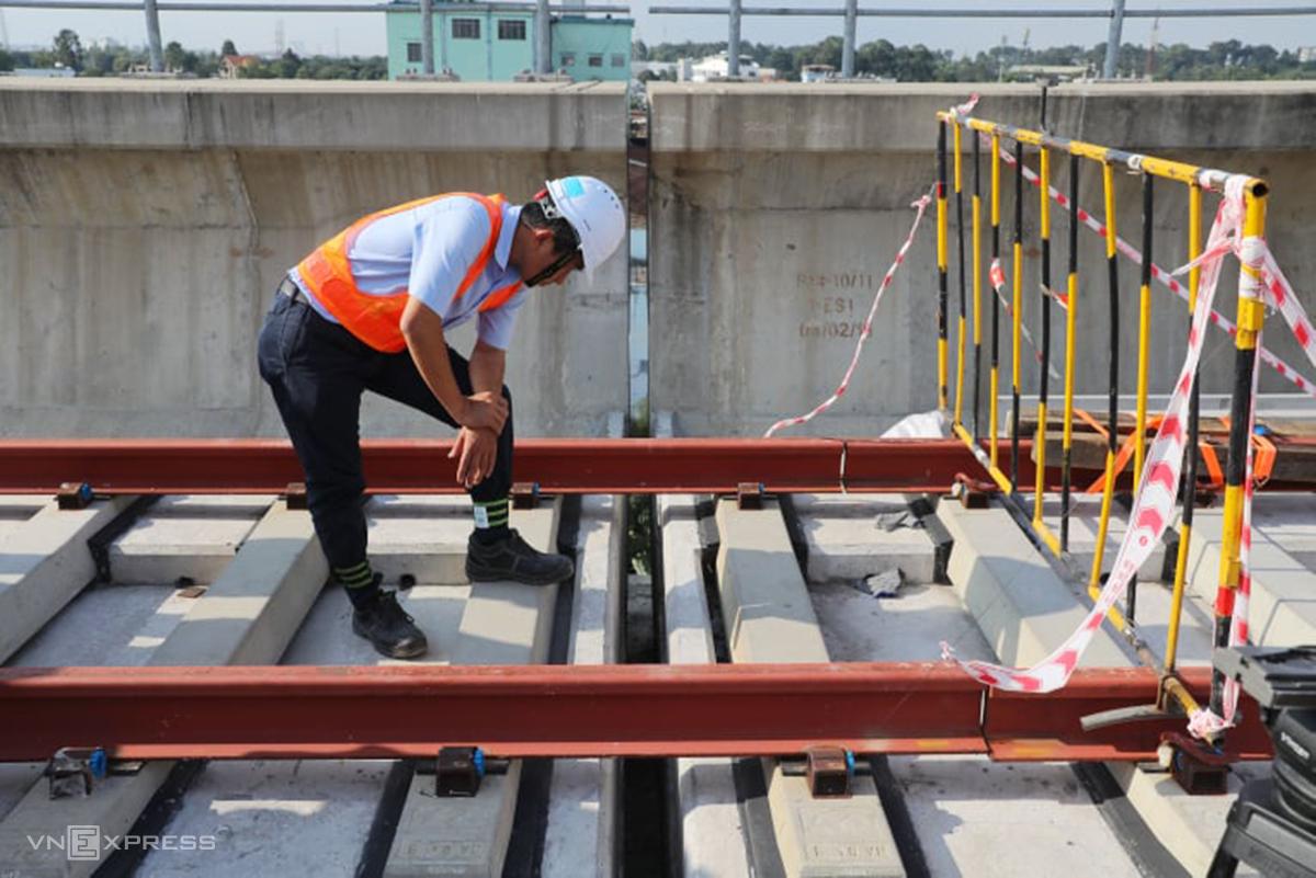 Các kỹ sư đang kiểm tra tại vị trí xảy ra sự cố, chiều 11/11. Ảnh: Quỳnh Trần.