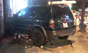 Ôtô đâm hàng loạt xe máy, 4 người bị thương