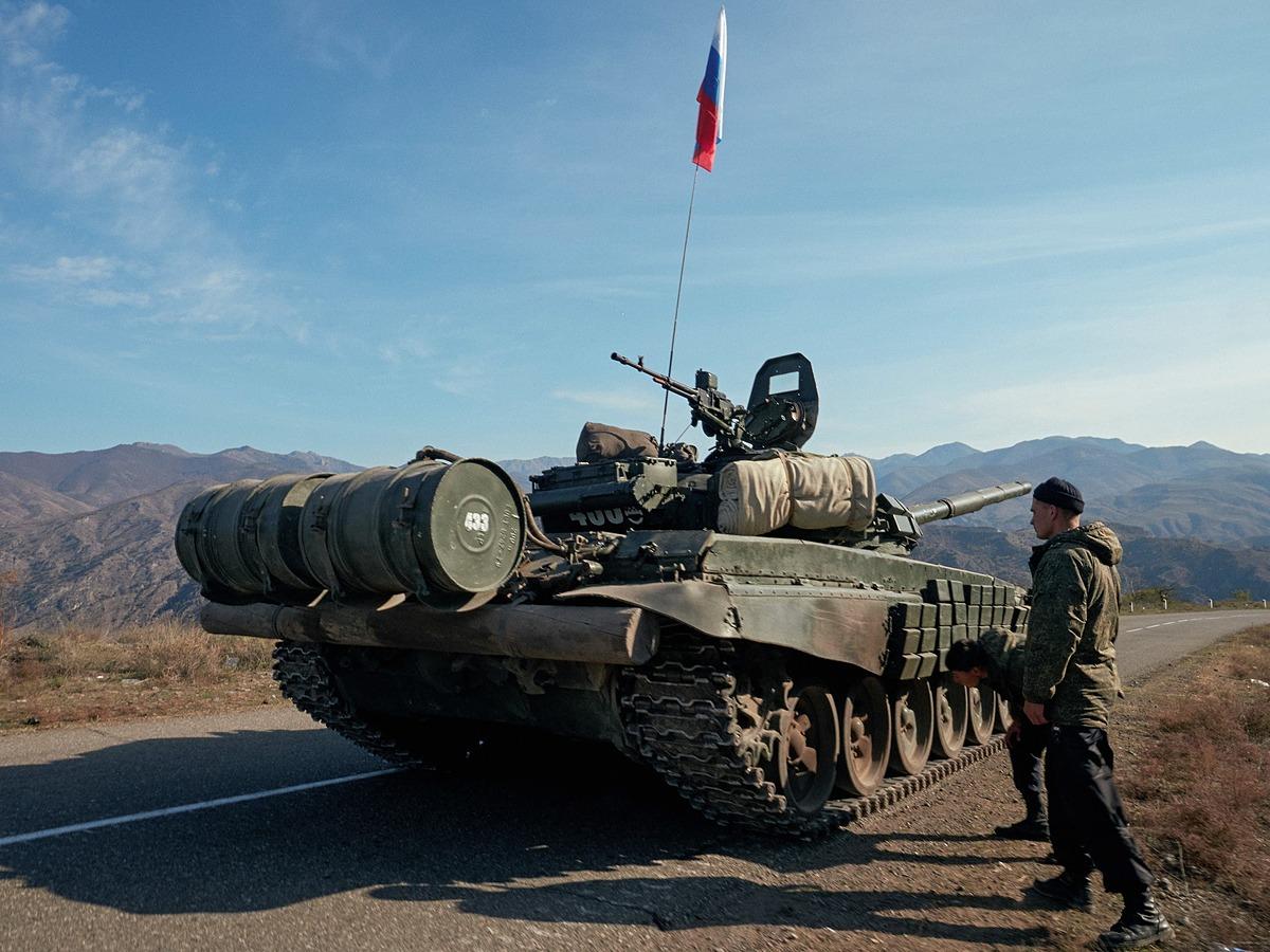 Xe tăng Nga triển khai ở biên giới Armenia - Azerbaijan ngày 10/11. Ảnh: Reuters.