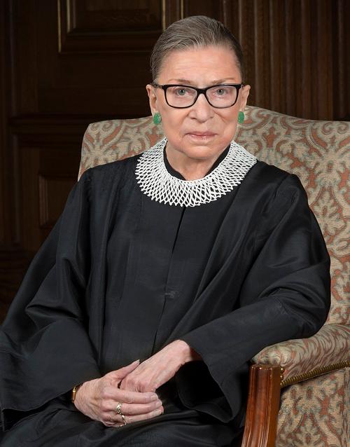 Nữ thẩm phán quá cố Ruth Bader Ginsburg nổi tiếng với hình ảnh diềm cổ bên ngoài áo choàng đen. Ảnh: Supreme Court of the United States.