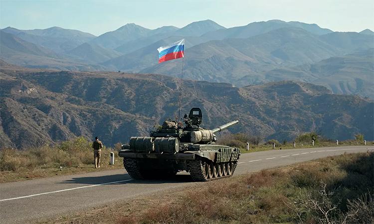 Xe tăng của lực lượng gìn giữ hòa bình Nga tại biên giới