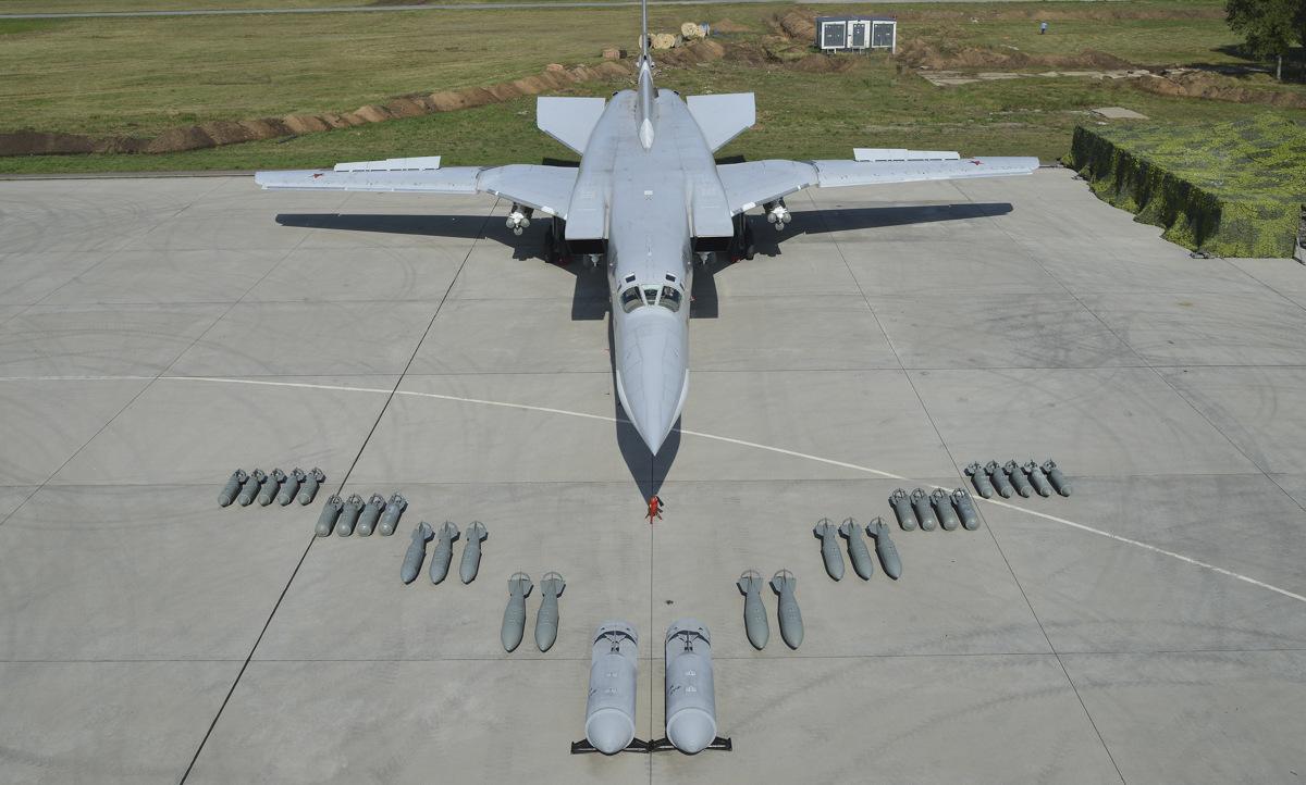Máy bay Tu-22M3 cùng các loại bom thông thường. Ảnh: Bộ Quốc phòng Nga.