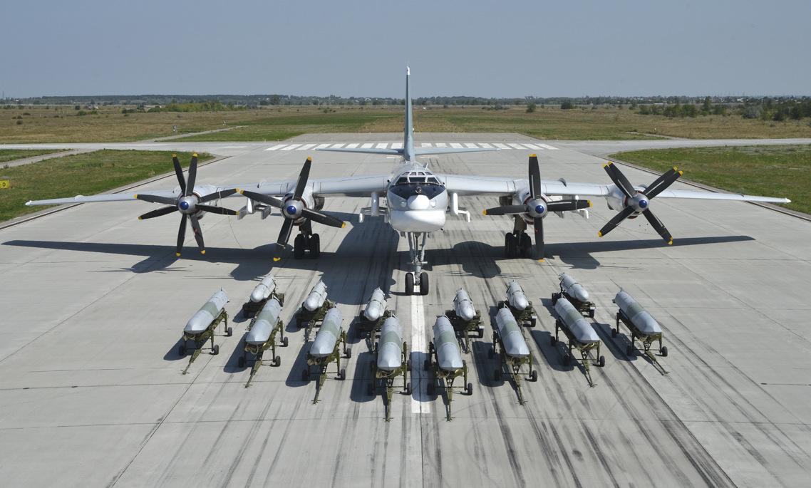 Oanh tạc cơ Tu-95MS cùng tên lửa Kh-55SM và Kh-101/102. Ảnh: Bộ Quốc phòng Nga.