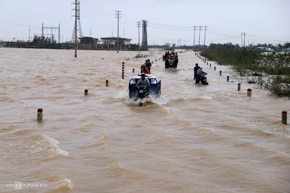 Đường Quốc lộ 49B qua xã Phú Thanh ngập sâu, ngày 11/11. Ảnh: Võ Thạnh.