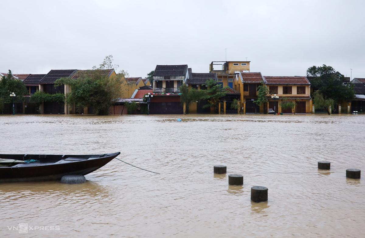 Đường Công Nữ Ngọc Hoa ngập gần 1m, nước tràn vào nhà, quán hàng. Ảnh: Nguyên Phan.