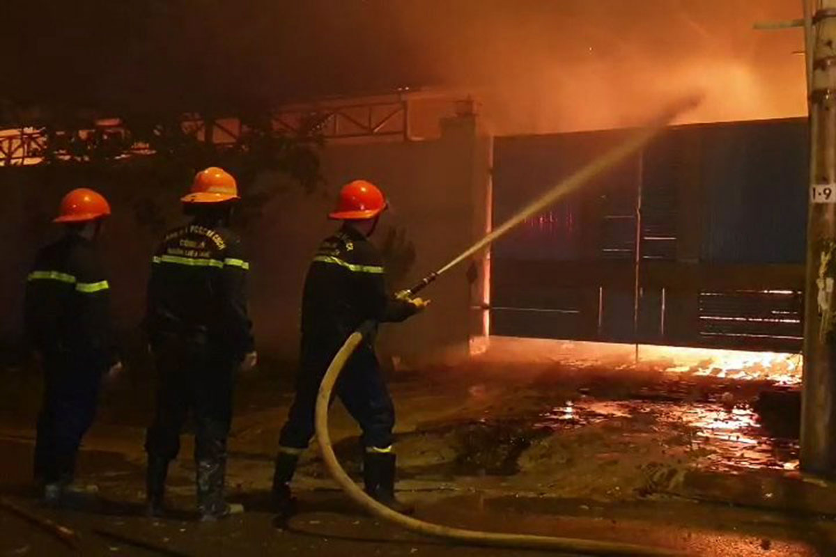 Lính cứu hoả nỗ lực khống chế đám cháy. Ảnh: Ngọc Hồ.