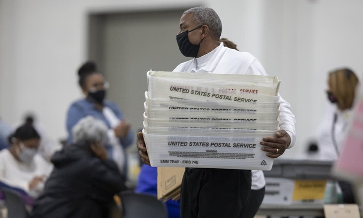 Nhân viên kiểm phiếu ở Detroit, Michigan, hôm 4/11. Ảnh: AFP.