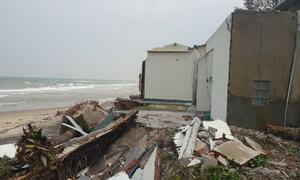 Hàng quán ven biển Hội An đổ sập