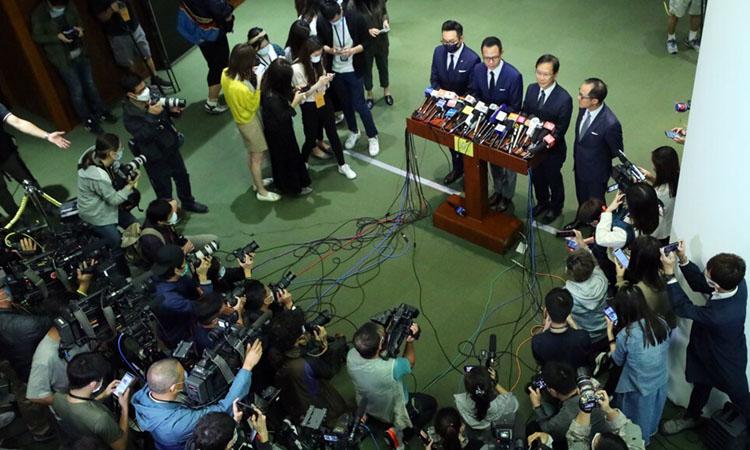 Bốn nghị sĩ đối lập Hong Kong bị bãi nhiệm phát biểu với báo giới hôm nay. Ảnh: SCMP.