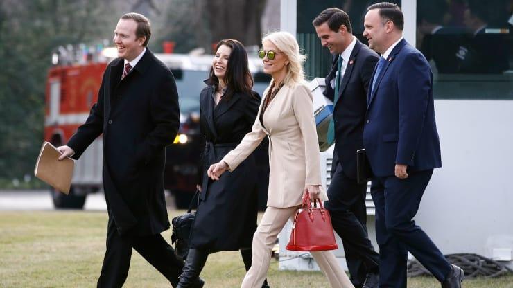 Giám đốc chính trị Nhà Trắng Brian Jack, ngoài cùng bên trái, cùng đội ngũ nhân viên của Nhà Trắng, bước đi trên bãi cỏ phía nam của Nhà Trắng ở thủ đô Washington hôm 23/1. Ảnh: AP.
