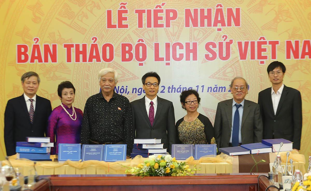 Phó Thủ tướng Vũ Đức Đam (giữa) và Thứ trưởng Phạm Công Tạc (bìa trái) chụp ảnh cùng các thành viên nghiên cứu. Ảnh: Đình Nam.