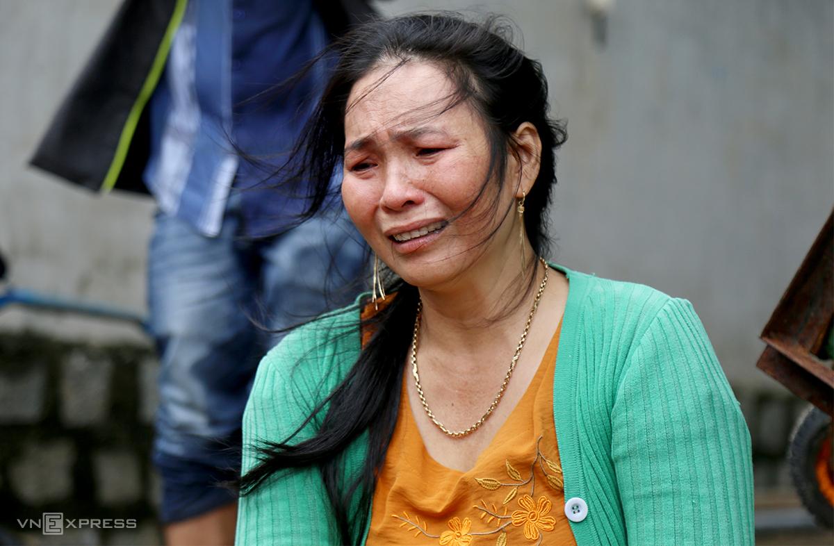 Bà Hà Thị Lợi, phường Xuân Yên, thị xã Sông Cầu thẩn thờ khi tôm hùm chết nhiều, sáng 12/11. Ảnh: Xuân Ngọc.